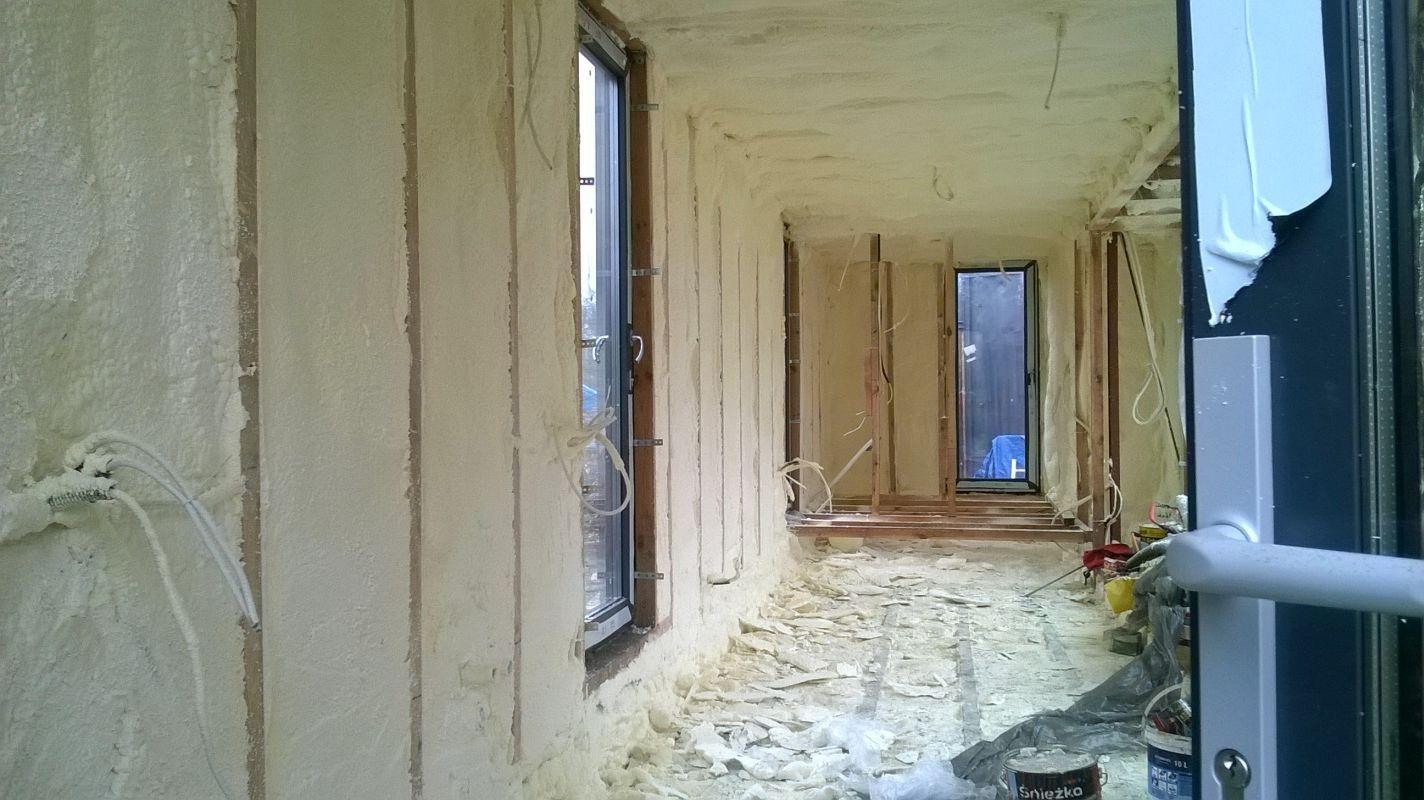 Izolacja ścian pianką PUR w kontenerze mieszkalnym