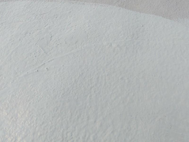 Struktura izolacji natryskowej pianki poliuretanowej na dachu hali
